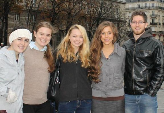 Jessa and Ben with fans...does anyone else think the girl at second left looks like Jessa's sister Jana a little?