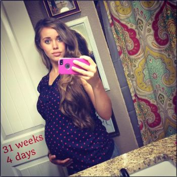 Jessa showed off her baby bump yesterday in a new selfie.