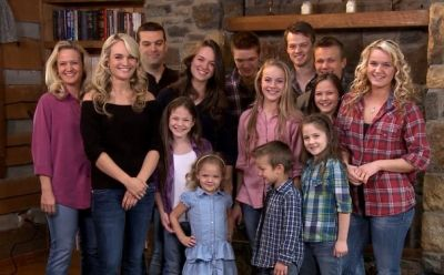 Toby (back) with his wife Brenda and their 12 kids promoting their show 'The Willis Family' on TLC...